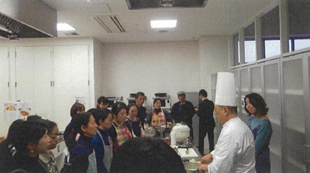 「沼尻総料理長」に調理方法のポイントを学ぶ参加者