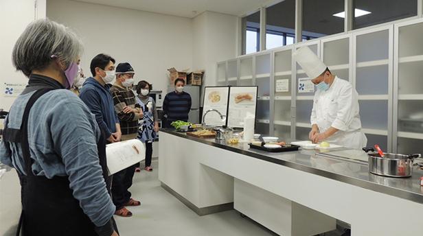 「ウェスティンホテル東京 沼尻 寿夫総料理長」から調理方法のポイントを学ぶ参加者