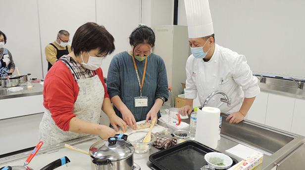 各テーブルを回り調理方法のポイントを説明する「沼尻 寿夫総料理長」